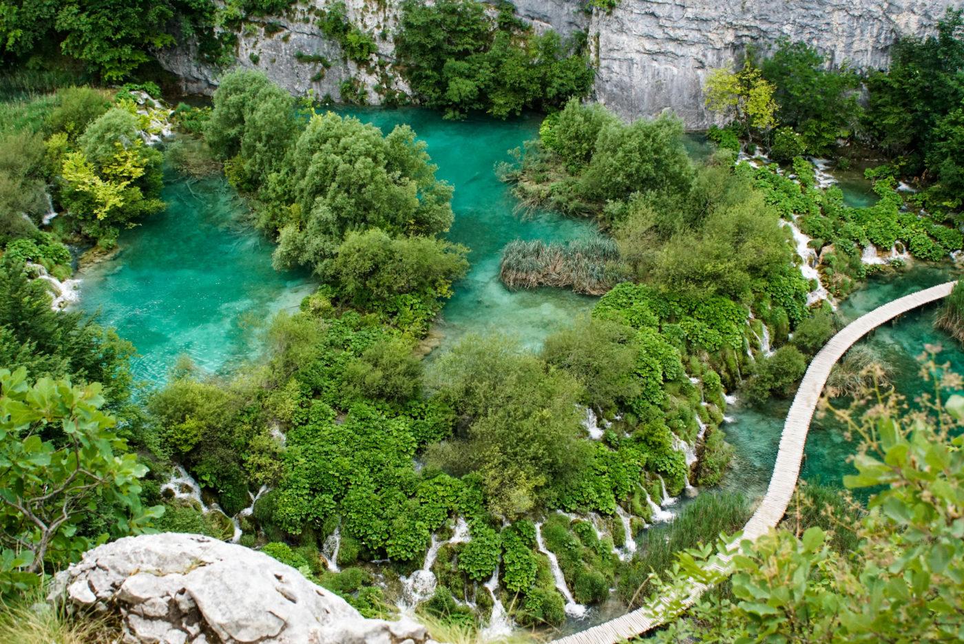 Blick von oben auf einen der Plitvicer Seen und unzähligen Wasserfällen