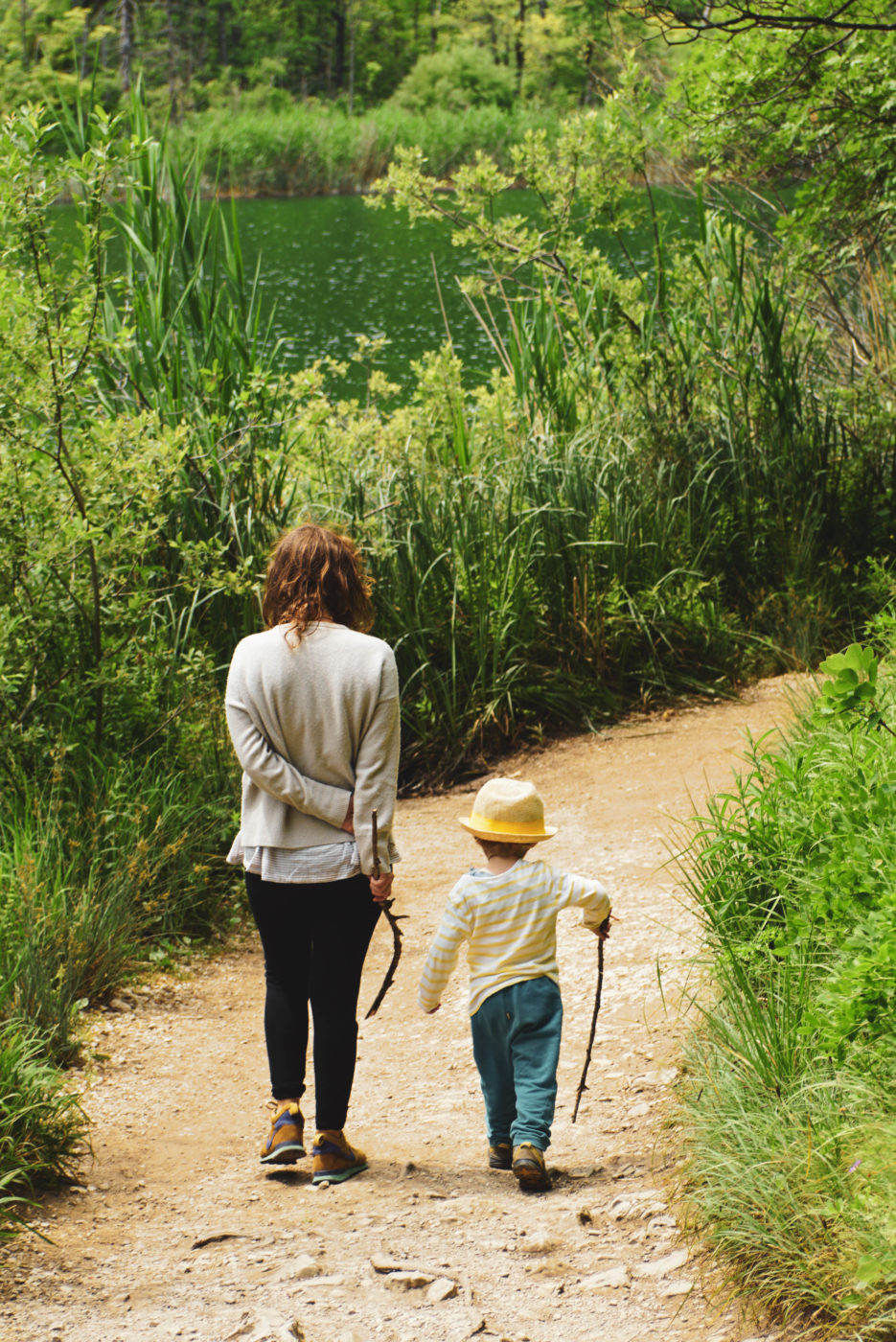 Lea und Luk spazieren einen Weg an den Plitvicer Seen entlang