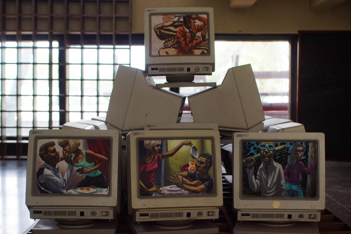 Es ist eine Pyramide von Alten Röhrencompterbildschirmen zu sehen. Auf Ihnen finden sich Motive im Stiel der Neuen Sachlichkeit und behandeln das Verhälnis von Mann und Frau