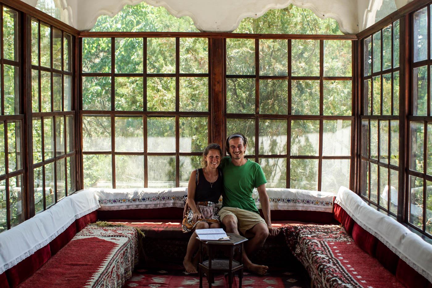 Lea und Paul sitzen in einem Wintergarten eines historischen Hauses im ethnischen Museum in Pristina.