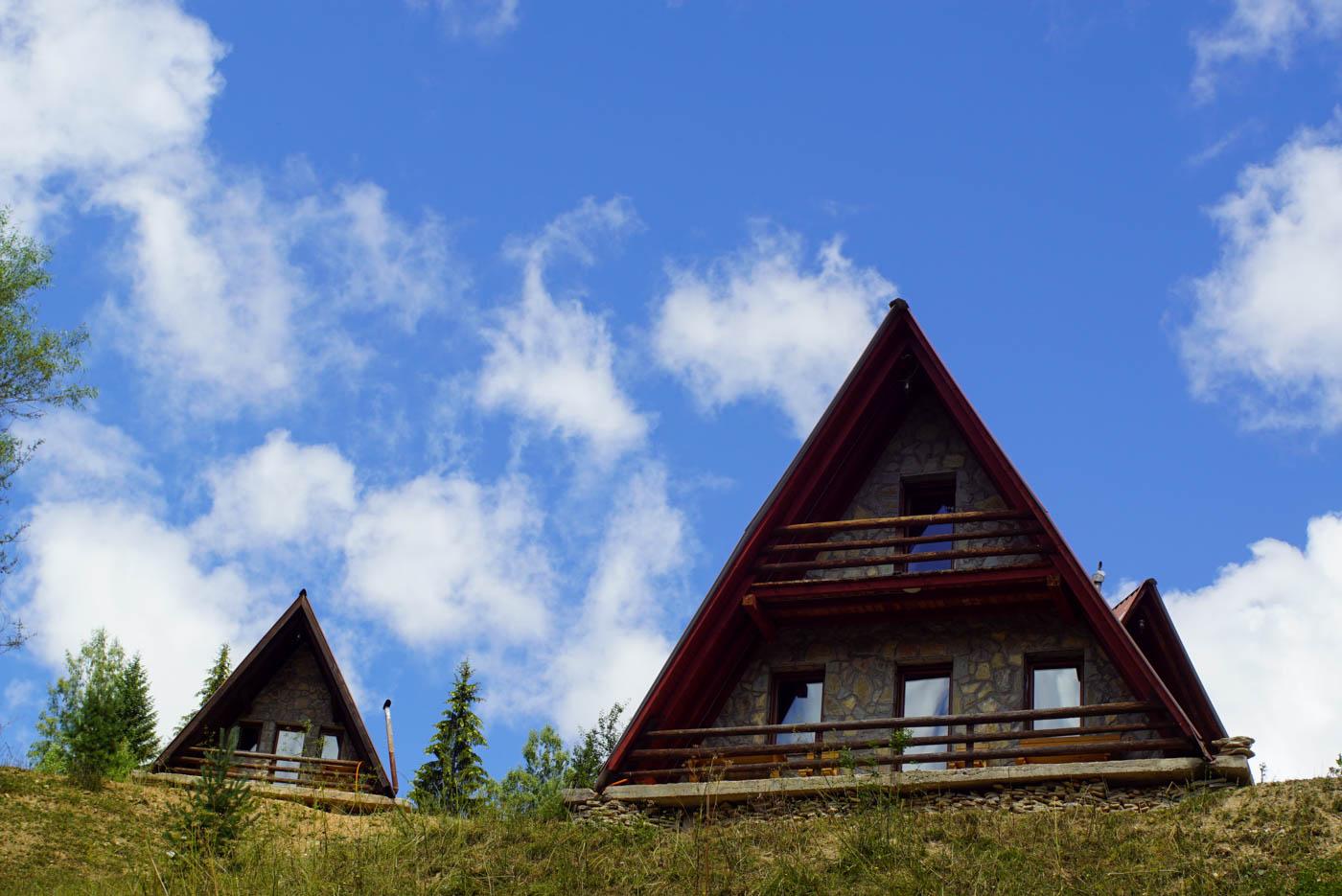 Auf dem Bild sind typische Häuser der Rugova Schlucht die die Form eines gleichschenkligen Dreiecks haben da hier so viel Schnee fällt.