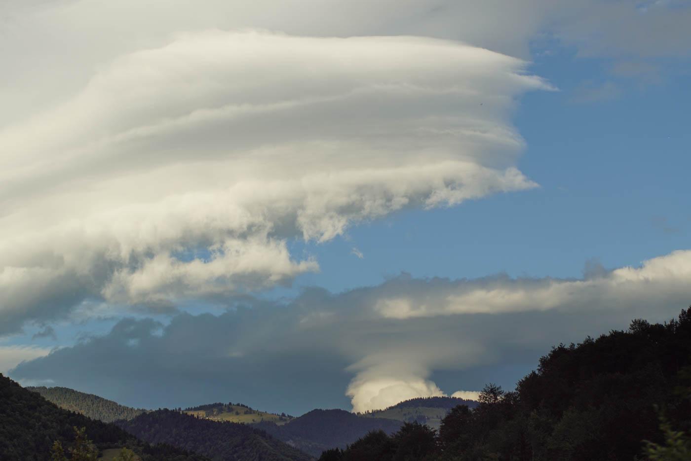 Blick auf die bewaldeten Hänge der Rugova Schlucht über Ihnen erheben sich Säulen Wolken in den Himmel