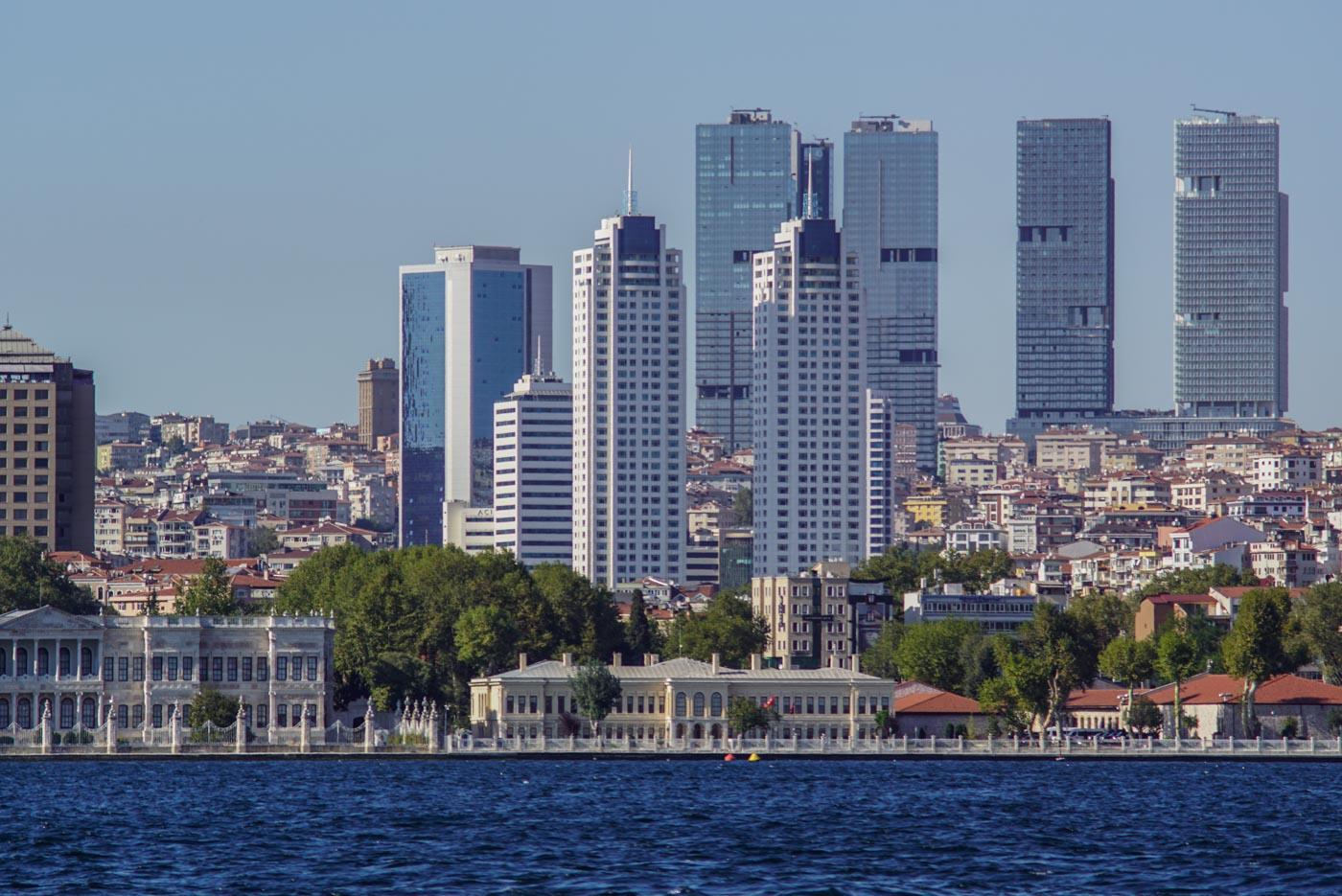 Blick vom Bosporus aus auf die Westseite von Istanbul. In der ersten Reihe am Ufer stehen klassische Bauten dahinter erheben sich Wolkenkratzer und mehrstöckige Wohngebäude.