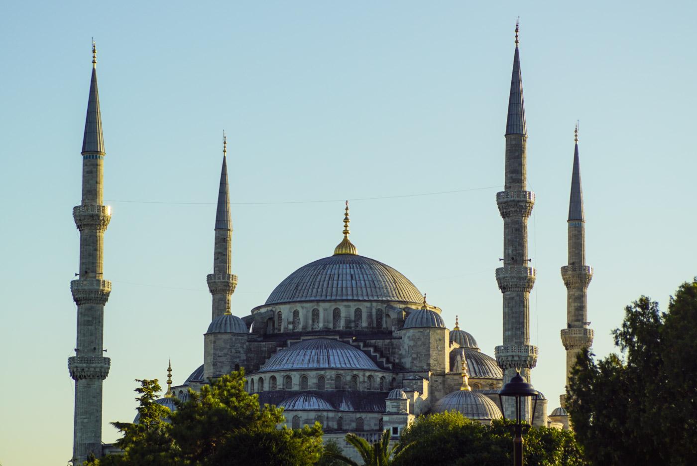 Blick auf die gewaltige Blaue Moschee in Istanbul mit ihren vier Minaretten bei Sonnenuntergang.
