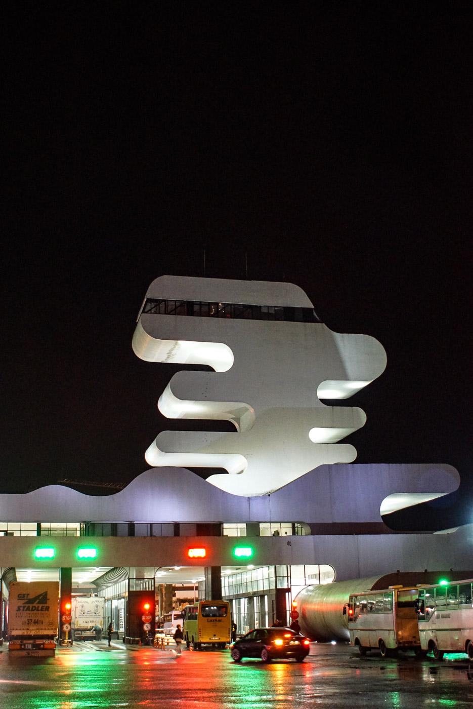 Zu sehen ist es futuristische Grenzgebäude zwischen der Grenze von Georgien und der Türkei.