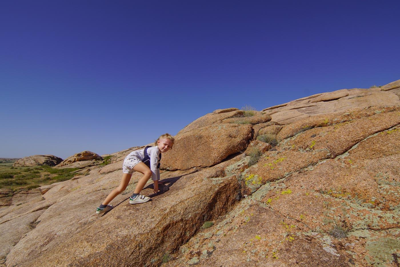 Luk klettert von der Erosion abgerundete Fels Flanke hinauf.