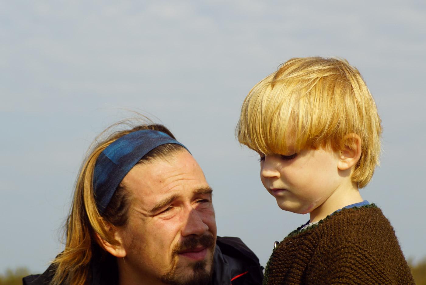 Luke und Paul schauen sich im warmen Sonnenlicht an.