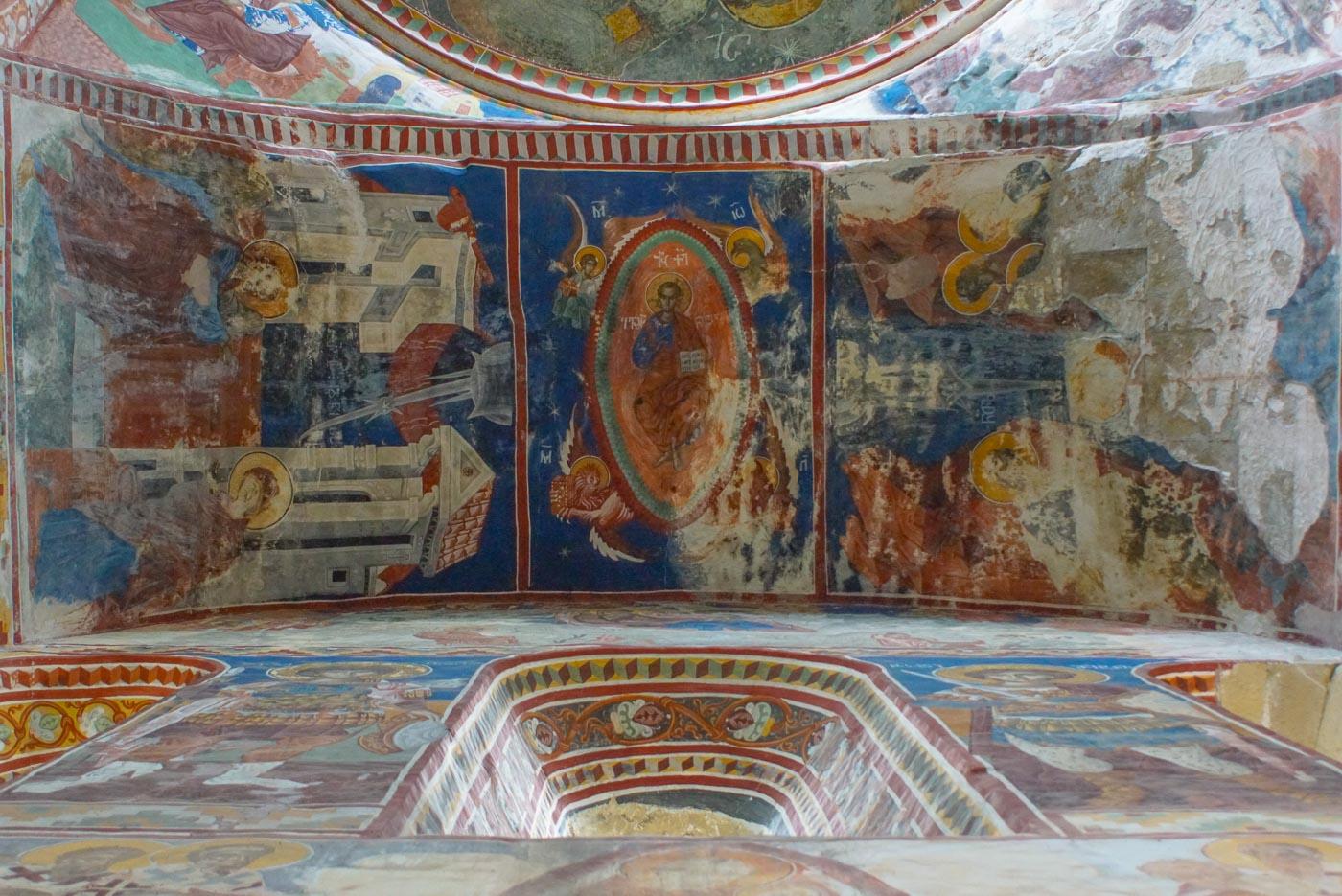Zu sehen ist eine Deckenmalerei, die über 800 Jahre alt ist, in den Innenräumen des Gelati Klosters.