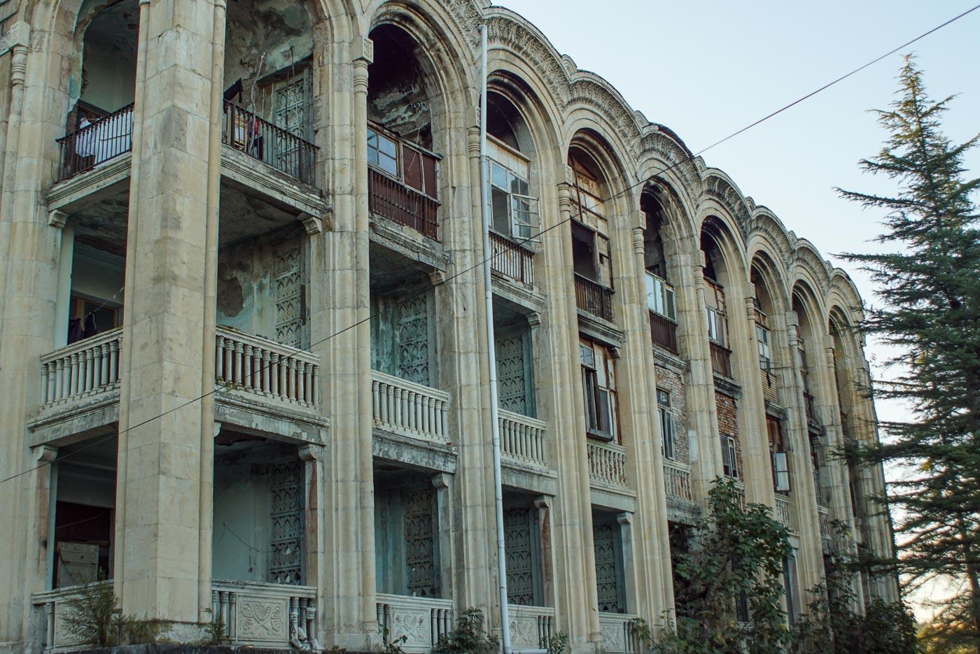 Zusehen ist eine prachtvolle Fassade mit Marmor verkleidet und riesigen Balkon. Manche Balkone wurden mit Fenstern und Holz verschlossen, teilweise zugemauert um den Flüchtlingen die darin wohnen, einen weiteren Raum zu schaffen.