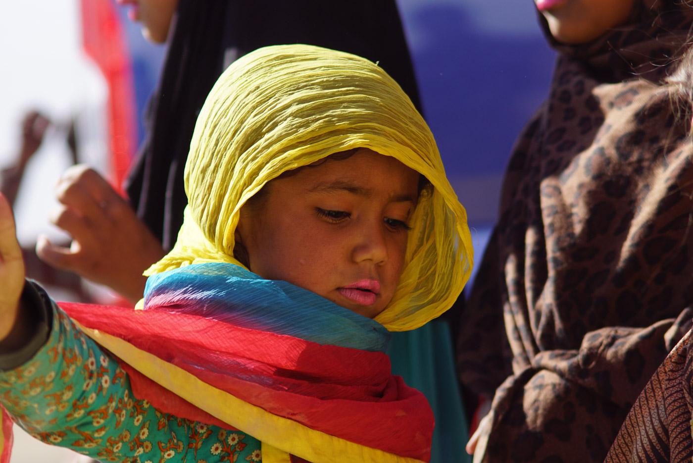In Quetta hat eine Freundin von uns ihre Schminke ausgepackt und sich mit den Mädchen geschminkt. Zu sehen ist die Nahaufnahme eines ca. 5 Jahre alten Mädchens welches stolz sein rosafarbener Lippenstift präsentiert. Sie trägt ein gelbes Kopftuch.