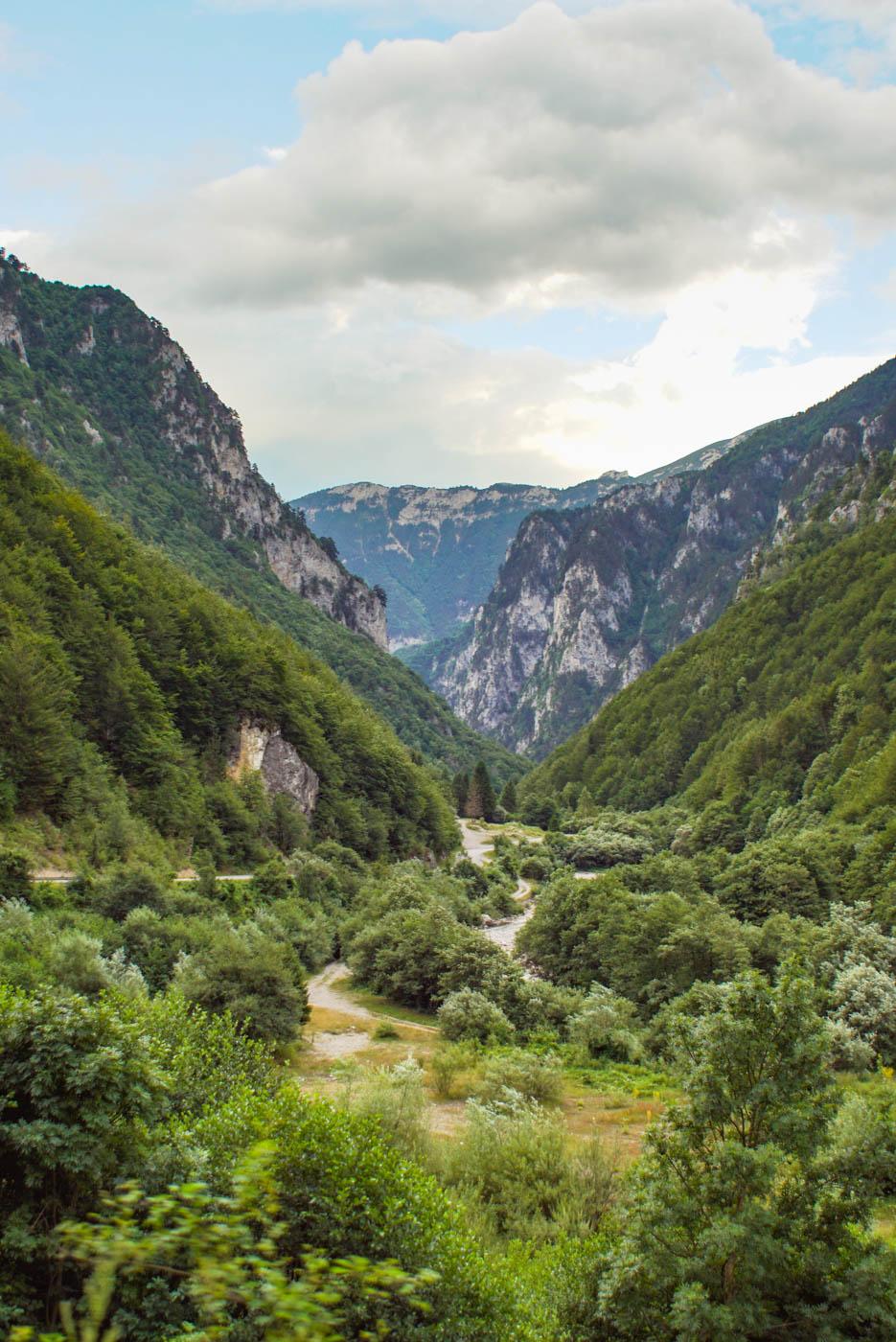 Blick auf die bewaldete Rugova Schlucht mit ihren grünen Hängen