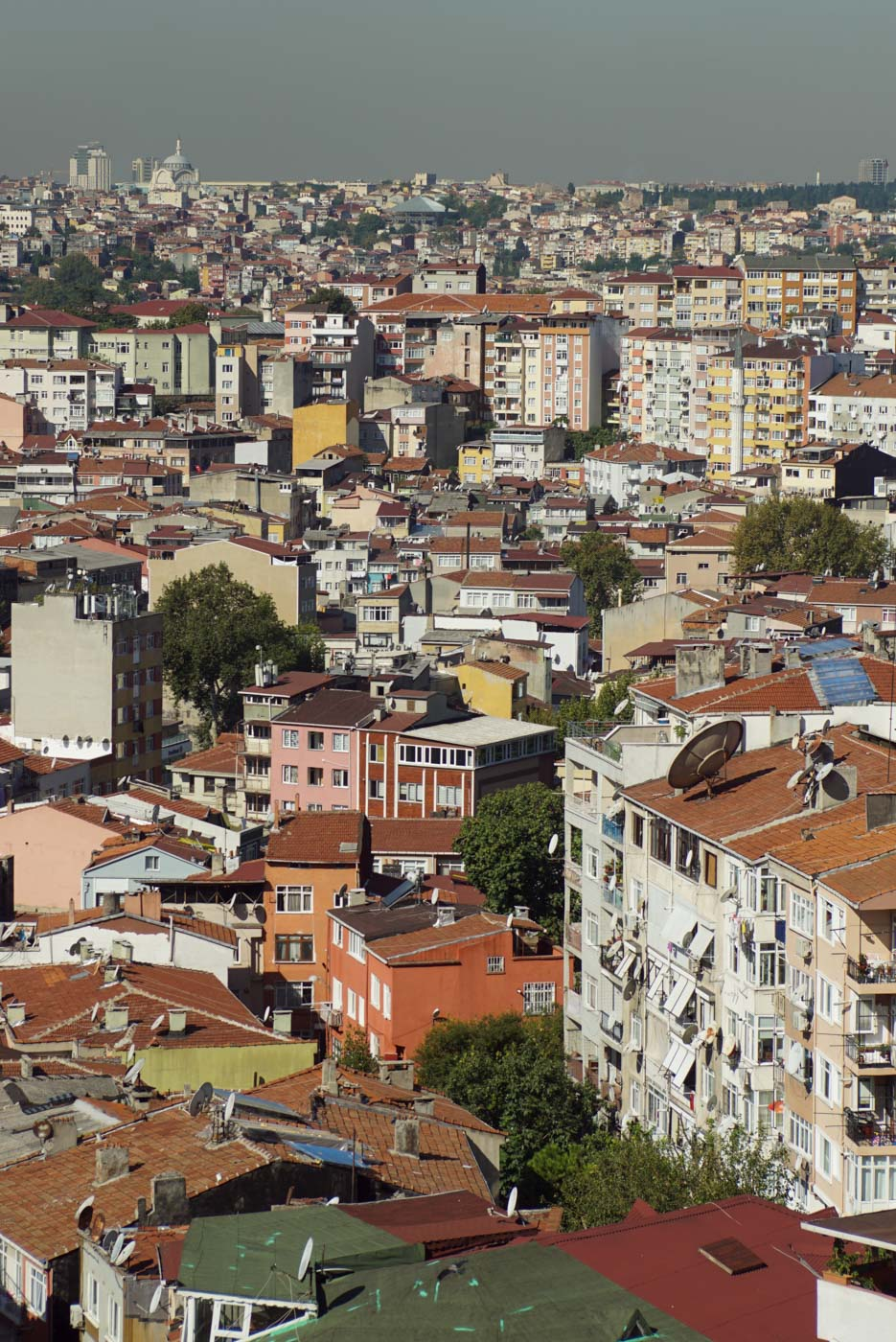 Blick von einer erhöhten Position auf die Stadt Istanbul. Zu sehen sind zahlreiche Wohnhäuser wie sie verwinkelt ineinandergeschlungen um jeden Quadratmeter Platz kämpfen.