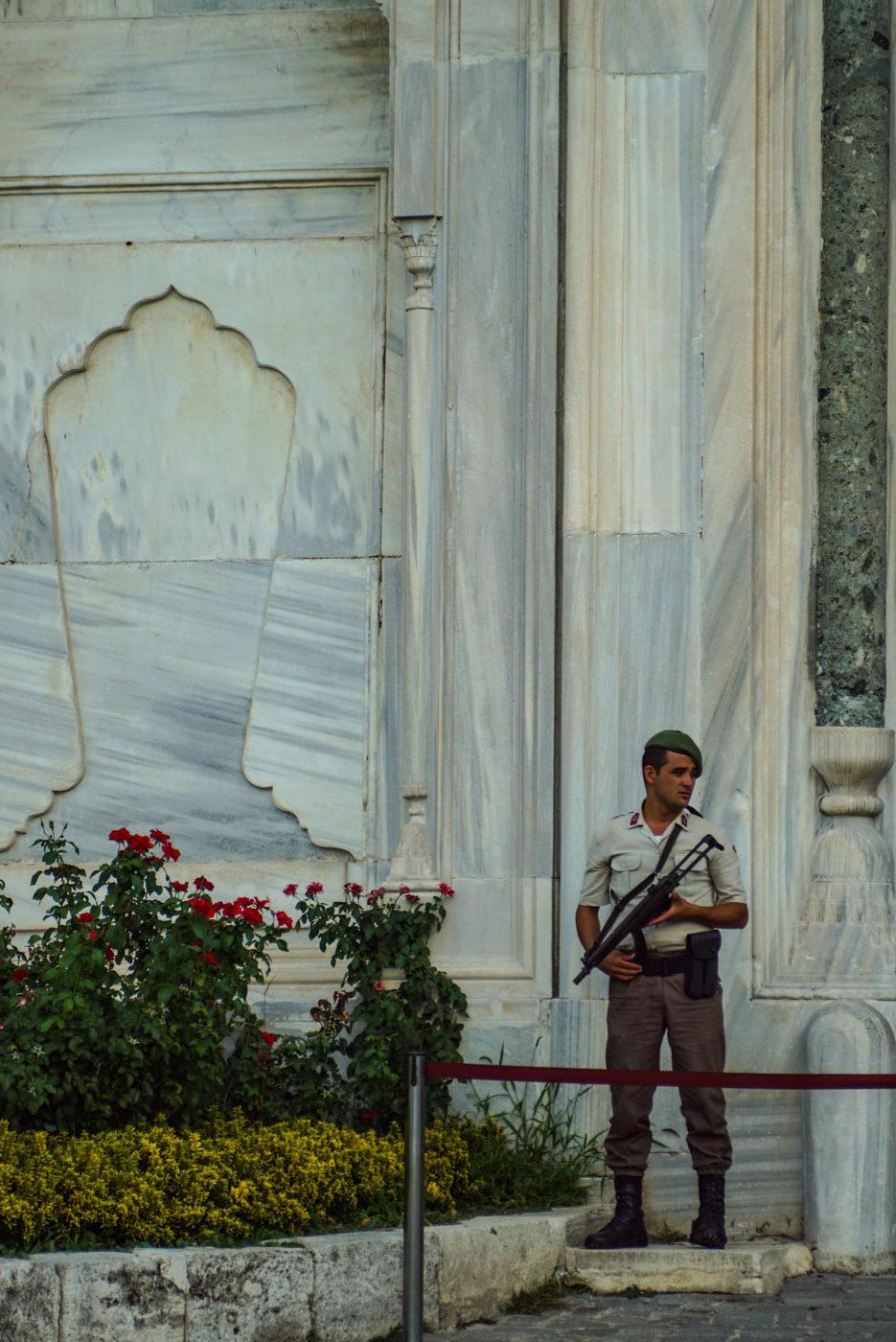 Das Bild zeigt einen Wachmann in der Nähe der Hagia Sophia die er nach rechts schaut