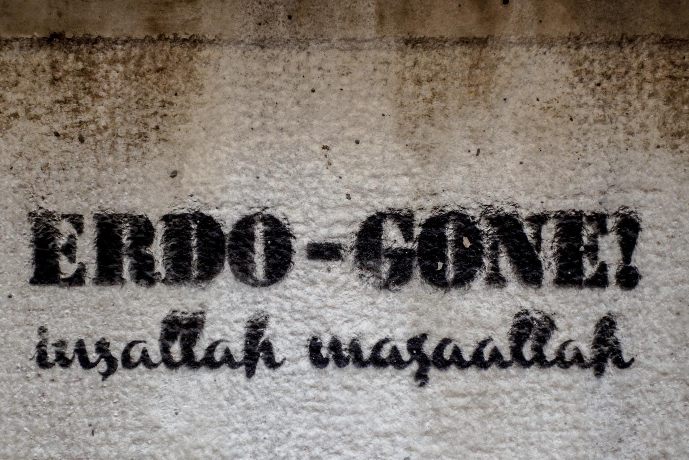 Nahaufnahme eines Graffitis in Istanbul. In schwarzer Schrift geht steht geschrieben erdo - gone! Insallah masaallah