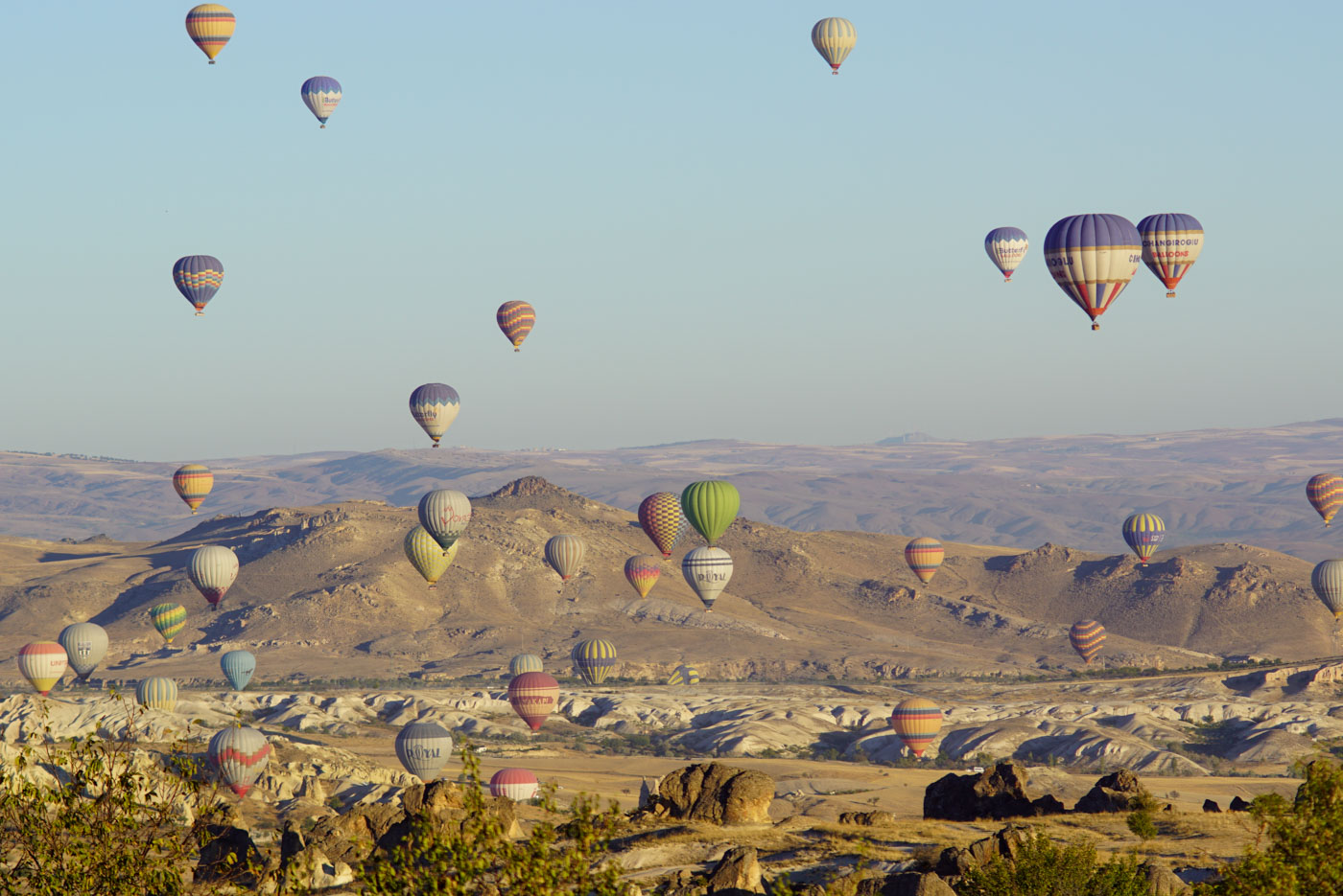Blick auf die startenden Heißluftballons in Göreme vor der grandiosen Kappadokien Landschaft.